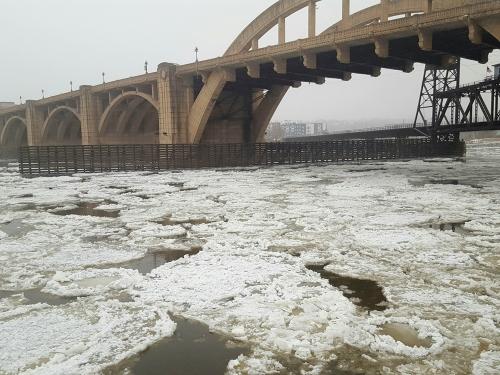 11dec2016_icefloes_missriver_bridge