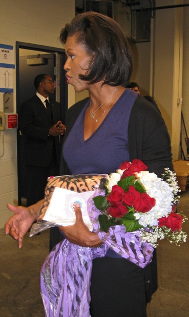 obama_2008_michelle_obamatshirt_bouquet_pin_2007